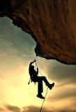 Kletterer-hanging-under-rock-299018_1920