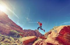 Kletterer-jumping-joyfully731900_1920