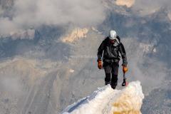 Kletterer-summit-on-track-1209168_1920